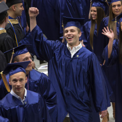 Folksinger Mallett serenades UMaine graduates with 'Garden Song'