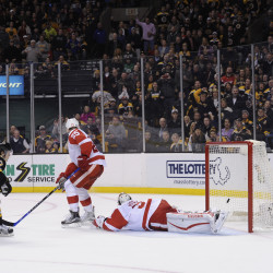 Red Wings snap Bruins' streak at 10 with 3-2 win