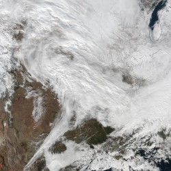 Snowstorm blankets East Coast
