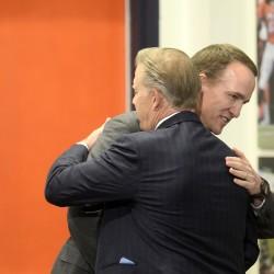 Mannings rallying around Peyton's comeback