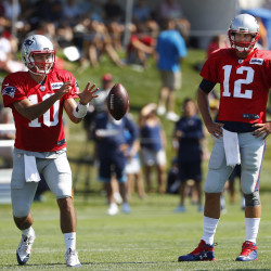 Patriots' Brady practices with brace over knee