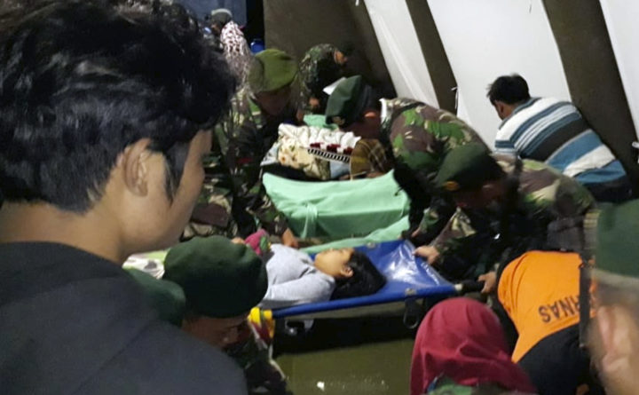 900 tourists being evacuated from Indonesia quake islands