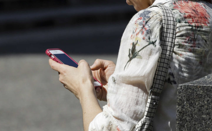 Almost 4,000 Americans per year injured while using cellphones, study finds
